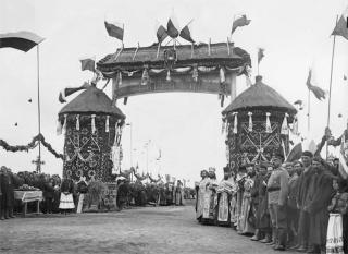 Духовенство и богомольцы ожидают прибытия Государя Императора Николая II по дороге в Овруч возле устроенной арки (39 верста следования).
